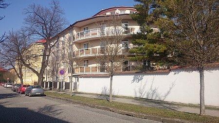 budova_z_ulice